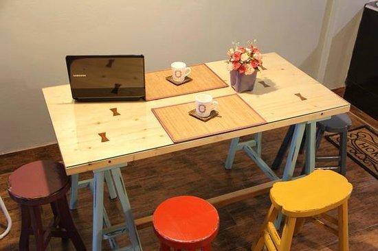 Chan Cha La 99 Hostel: Dining Area มุมทานอาหารเช้าสุดเก๋ หรือจะนั่งทานขนมจิบชากาแฟ ก็เพลิน