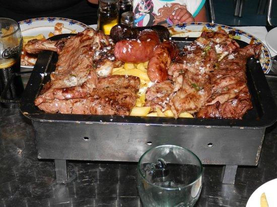 Restobar Montevideo: parrillada de carne, varios tipos de carne y embutidos