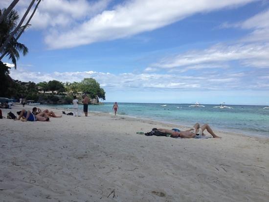 Alona Vida Beach Resort: left side of alona beach