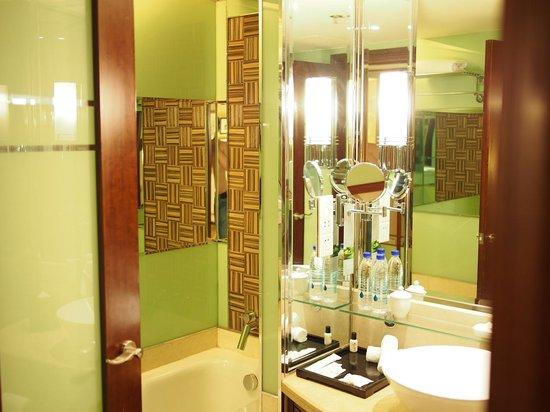 Renaissance Shanghai Pudong Hotel: Bathroom