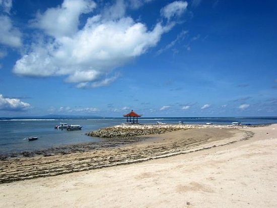Paon Doeloe Restaurant: The beach at low tide