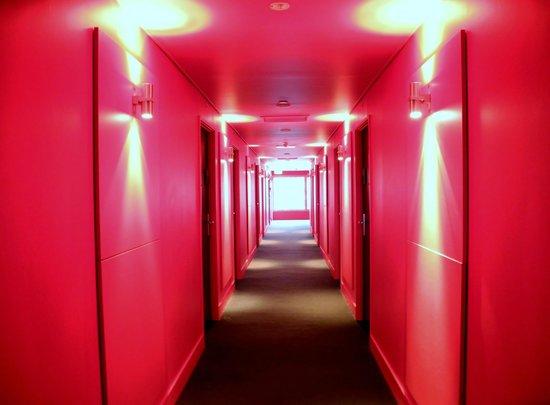 Jasper Hotel: Red corridor