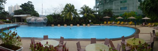 Marco Polo Plaza Cebu: Hotel swimming pool, near construction site
