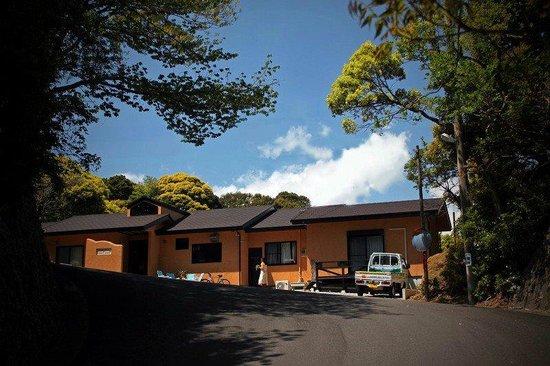 Guest House Kodo Kodo: 坂道登ってコドコド全景