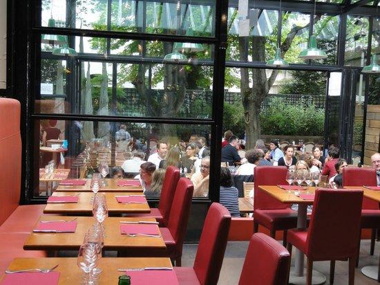 restaurant l 39 entrepot dans paris avec cuisine fran aise. Black Bedroom Furniture Sets. Home Design Ideas