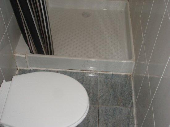 Duquesa Plaza : on pourrait presque aller aux toilettes en se lavant les pieds!