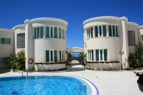 Flamingo Suites: Hotelgelände mit Pool