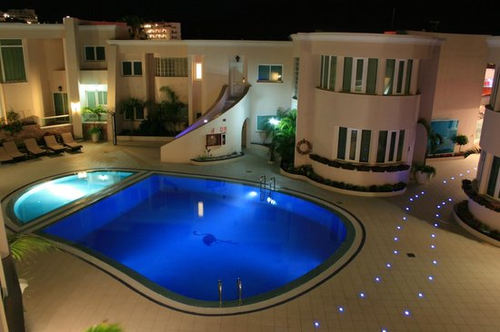 Flamingo Suites: Poolsicht by night