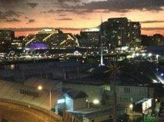 Metro Apartments On Darling Harbour: Night View from Room