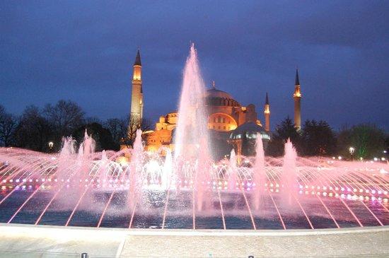 Sultanahmet District: la fontana illuminata