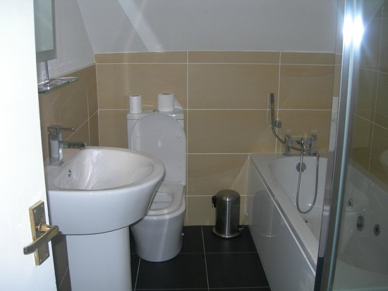 Victoria Apartments: Spotless bathroom with whirlpool bath and large shower