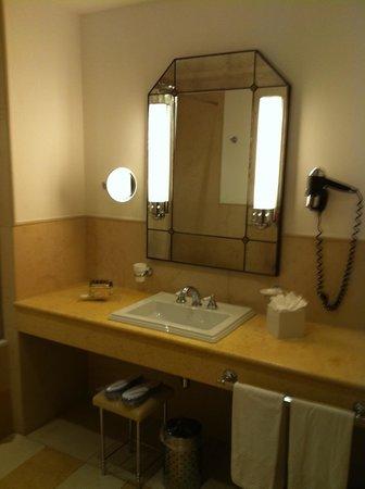 Grand Hotel Savoia: Specchera in bagno