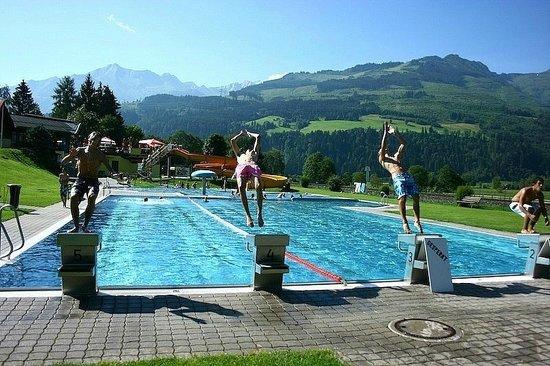 Tauernresort Notburgahof: Городской бассейн недалеко от отеля