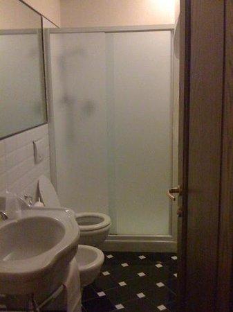 Hotel Dei Priori : bagno stanza 205