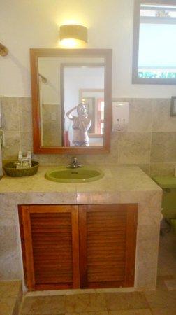 Club Paradise Palawan: bathroom, cottage