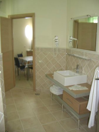 Posidonia Residence: Spacious Bathroom
