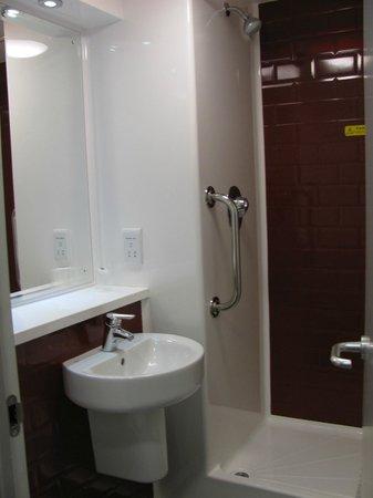 Travelodge London Hounslow Hotel: Bathroom