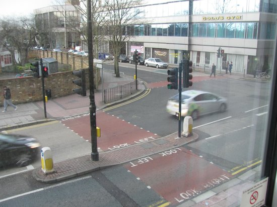 Travelodge London Hounslow Hotel: View from room 116 - Street noise didn't bother me