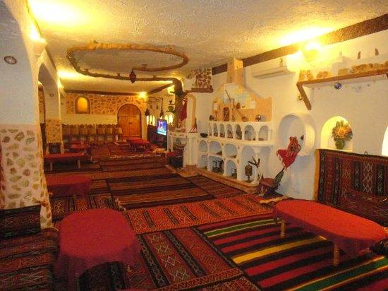 Residence des Deux Tours : salle à manger traditionelle