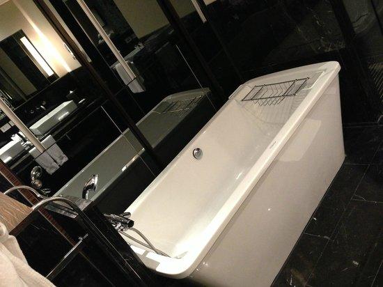 Le Meridien Bangkok: Bathtub