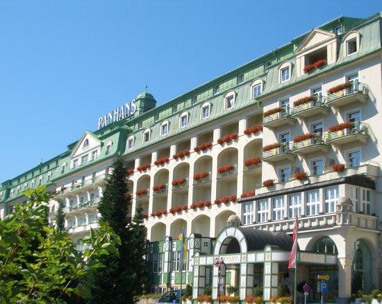 Panhans Grand Hotel: Grandhotel Panhans am Semmering, eingebettet in die Landschaft am Zauberberg in den Wiener Alpen