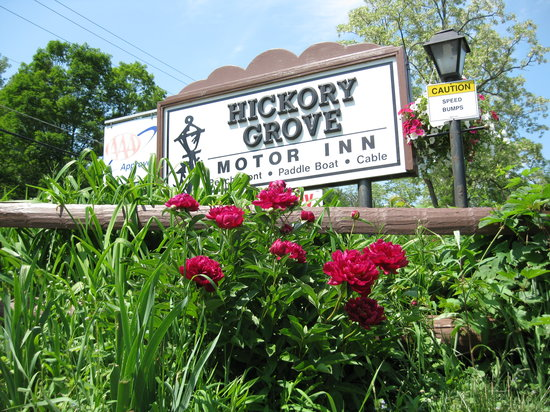 Hickory Grove Motor Inn : Road Sign