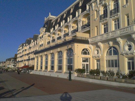 H tel de derri re photo de le grand hotel cabourg for Chambre 414 grand hotel cabourg