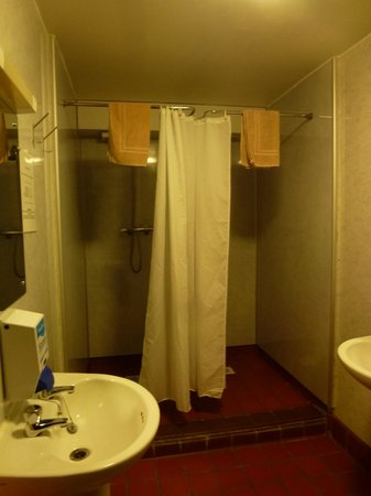 Bank Street Lodge : shower booths