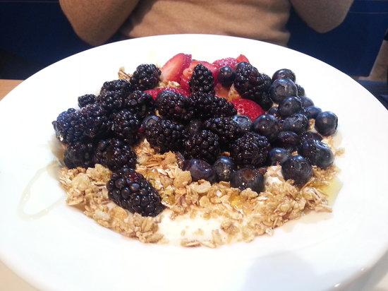 Oysy: Iogurte com frutas vermelhas.