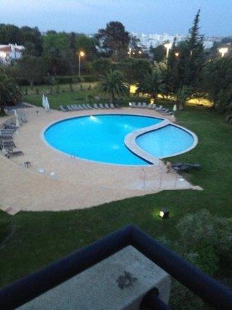 Evora Hotel: Piscina ao final da tarde.