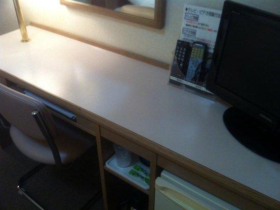 Shin-Osaka Sunny Stone Hotel: 部屋の机