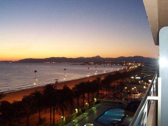 Apartamentos Pil-lari Playa: night view
