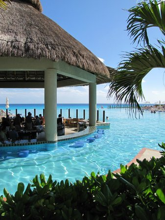 The Westin Lagunamar Ocean Resort Villas & Spa: Swim up bar.