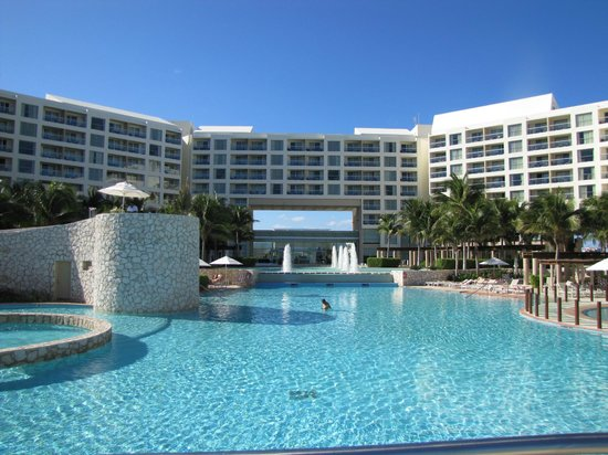 The Westin Lagunamar Ocean Resort Villas & Spa, Cancun: View from the pool.