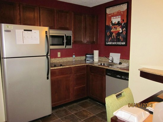 Residence Inn Tallahassee North/I-10 Capital Circle: Suite kitchen