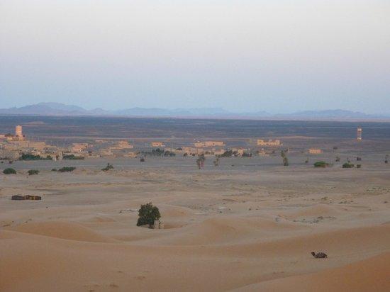 Riad Mamouche: Vista villaggio dalle dune