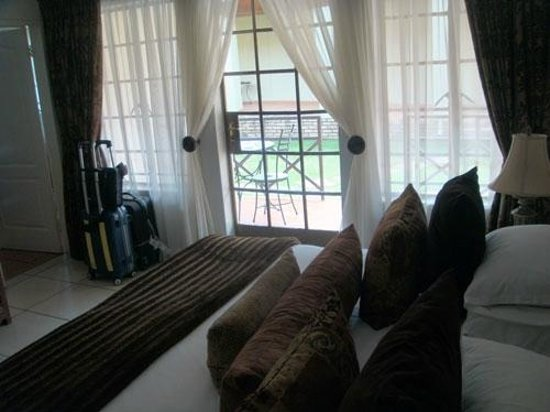 Afrique Boutique Hotel Oliver Tambo: View from bed to patio