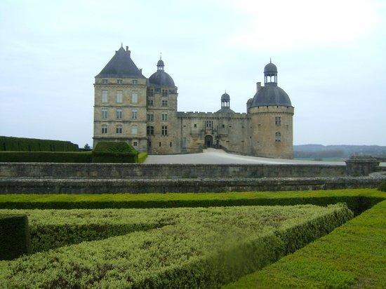 Château de Hautefort : approach to Ch de Hautefort