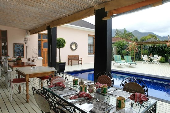 Acorn Guest House: Outside breakfast area overlooking the pool