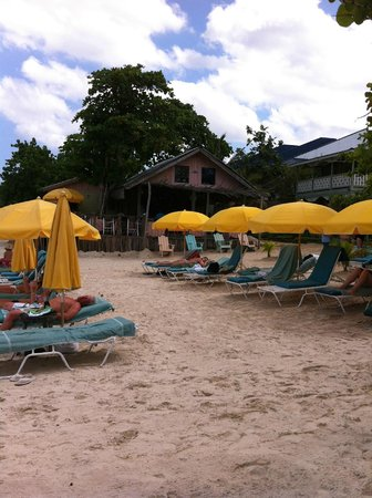 Country Country Beach Cottages: Beach area and restaurant
