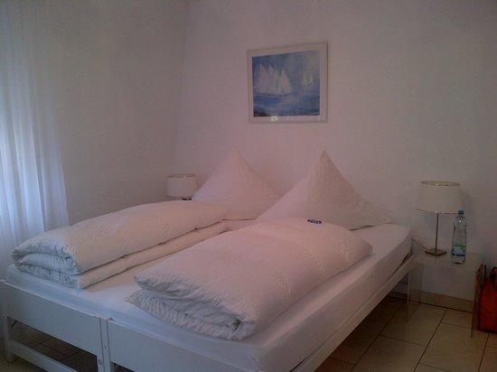 Hotel Villa Falkenberg : Doppelbett das mit einem Spannbetttuch zusammengehalten wurde