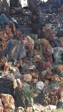 Petersen Rock Garden and Museum: Close up of lava and native rocks