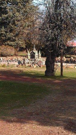 Petersen Rock Garden and Museum: Park closed, shot from a distance