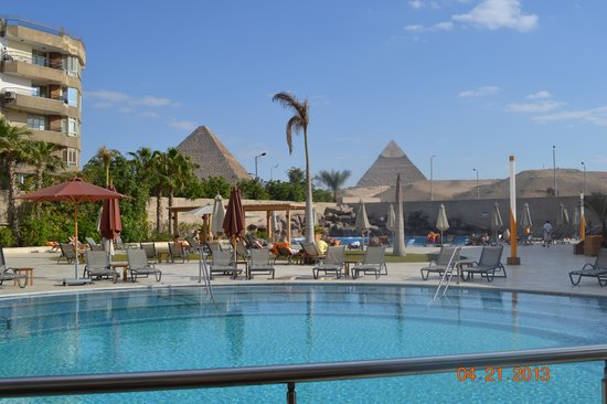 Le Meridien Pyramids Hotel & Spa: View on the pool and the pyramids