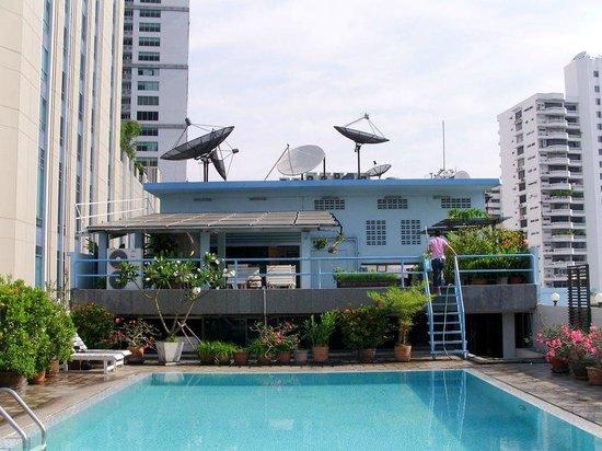 Ruamchitt Hotel: Breakfast bar end of pool