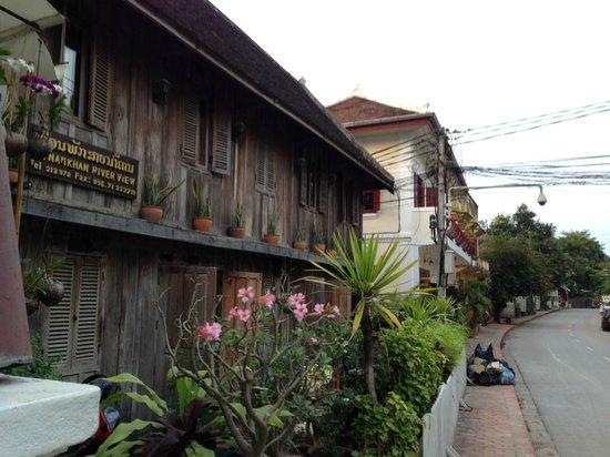 Saynamkhan Hotel: よく使われる写真は改装した方ですが、こちらがSuperior-wooden house double bed river viewです。