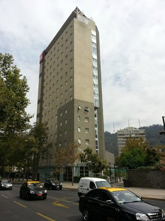 Ibis Santiago Providencia: Back Hotel view from Providencia Street