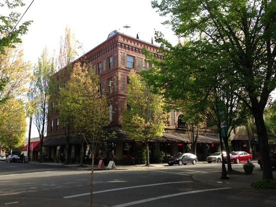McMenamins Hotel Oregon: Hotel from street level