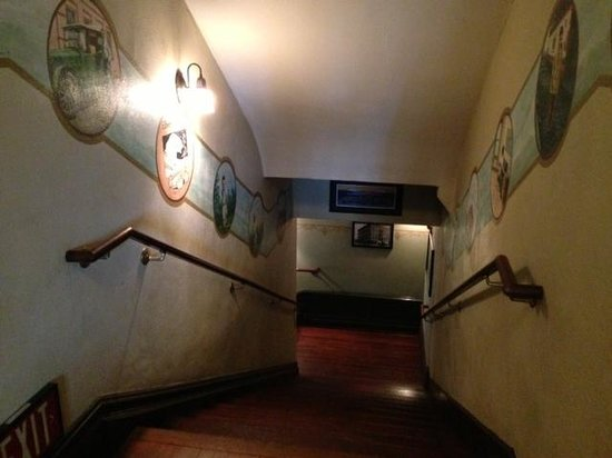 McMenamins Hotel Oregon: Creaky stairs make it fun!
