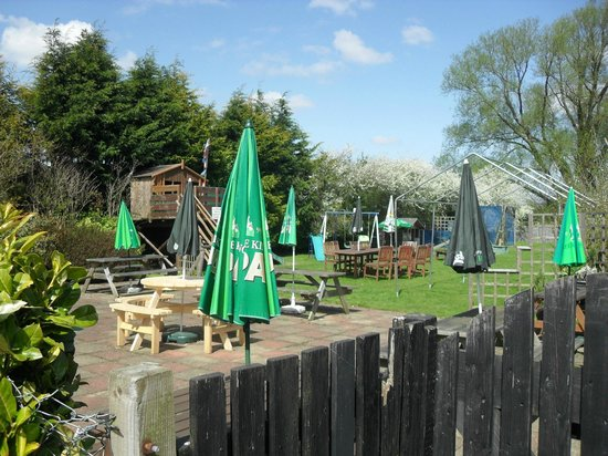 Three Horseshoes: Pleasant garden at the side